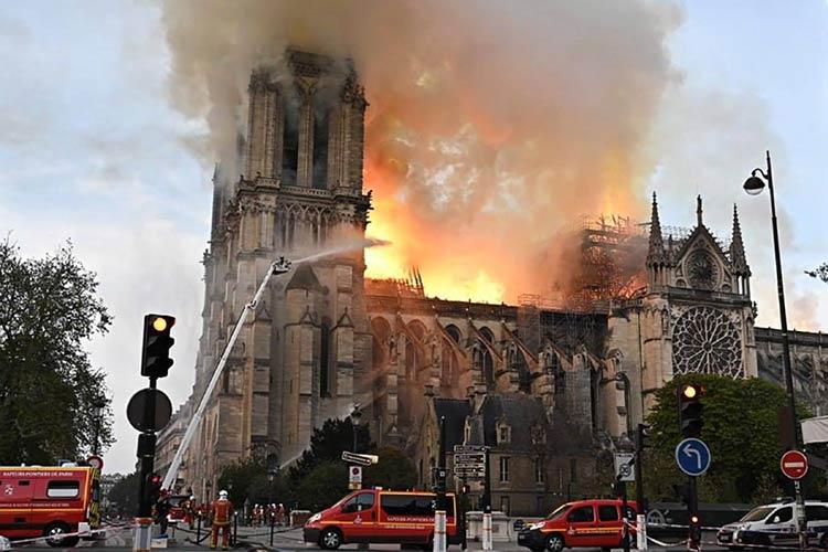 کلیسای نوتردام پاریس در آتش سوخت!